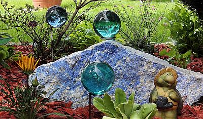 Glaskugeln und glasmurmeln knicker allerlei - Glas deko garten ...